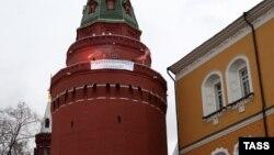 Фотография баннера и дымовых шашек на кремлевской башне, распространенная 8 марта. Как оказалось, она сделана с использованием фотошопа