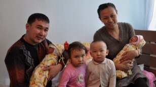 Назым Құрмантаева (оң жақта), Азаттықтың блог байқауына қатысушы