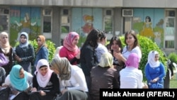 Bagdadyň professional ýokary okuw jaýlaryndan biriniň gyz studentleri. Bagdat, 2011.