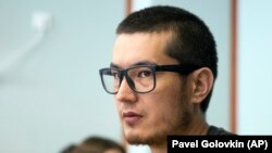 Hudoberdy Nurmatov, who writes under the pen name Ali Feruz, sits in a court room in Moscow in August.