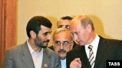 Владимир Путин (справа) благосклонно выслушал своего иранского коллегу, но от идеи расширения ШОС дистанциировался