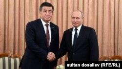 Kyrgyz President Sooronbai Jeenbekov (left) and Russian President Vladimir Putin pose for a photo in Dushanbe in September.