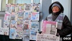 Газет сатып тұрған адам. Астана, 20 желтоқсан 2011 жыл. (Көрнекі сурет)
