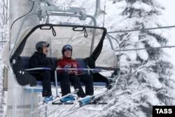Премьер-министр Казахстана Карим Масимов и премьер-министр России Дмитрий Медведев на лыжном курорте «Красная поляна». Сочи, 22 февраля 2016 года.