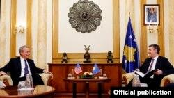 Kadri Veseli, kryetar i Kuvendit të Kosovës, gjatë takimit me ambasadorin amerikan në Kosovë, Greg Delawie