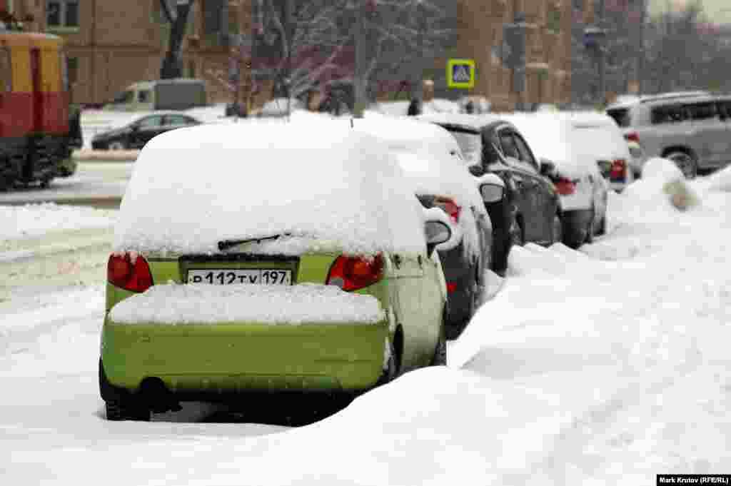 Многие автолюбители в такую погоду оставлют машины дома.
