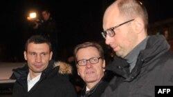 Германия сыртқы істер министрі Гидо Вестервелле (ортада) Украина оппозициясының жетекшілері Виталий Кличко (сол жақта) және Арсений Яценюкпен кездесіп тұр. Киев, 4 желтоқсан 2013 жыл.