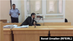 42-летний Абдухалил Абдужаббаров, которого судят за «Возбуждение религиозной вражды, повлекшее тяжкие последствия», и его адвокат Жандос Булхайыр. Уральск, 1 августа 2017 года.