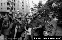 Mineri adunați în centrul Bucureștiului în timpul Mineriadei din 13-15 iunie 1990