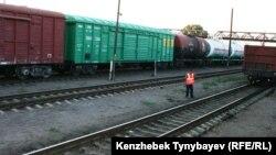 Рабочий-железнодорожник на станции Уштобе. Алматинская область, 31 июля 2014 года.