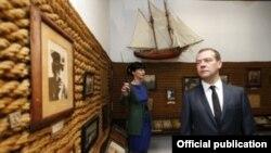Прем'єр-міністр Росії Дмитро Медведєв у музеї письменника Олександра Гріна в окупованому Криму, 23 травня 2016 року