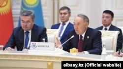 Бывший президент Казахстана Нурсултан Назарбаев (справа) и министр иностранных дел Мухтар Тлеуберди в Ташкенте на Консультативной встрече глав государств Центральной Азии. 29 ноября 2019 года.