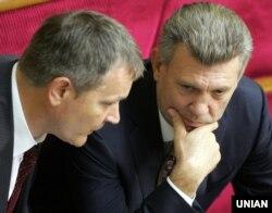 Депутати Вадим Колесніченко (ліворуч) і Сергій Ківалов на засіданні Верховної Ради України. Київ, 24 травня 2012 року