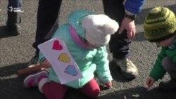 На п'ятий день протесту в Бухаресті до активістів приєдналися діти (відео)