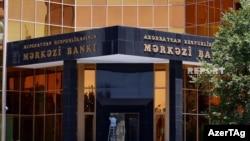 У здания Центробанка Азербайджана в Баку.