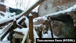 За строительными сетками и декорациями фальшфасадов годами разрушаются старинные дома Москвы