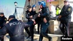 Arxiv foto: Polis İsmayıllı rayonunda aksiyaçılardan biri saxlayır. 24 yanvar, 2013