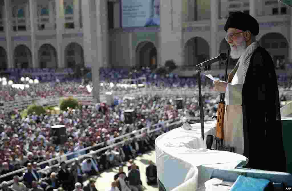 Верховный лидер Ирана аятолла Али Хаменеи сжимает винтовку с оптическим прицелом во время молитвы, посвященной окончанию священного для мусульман месяца Рамадан, в Тегеране в июне 2019 года.