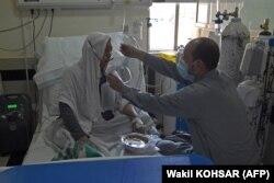 مقامات بهداشتی می گویند بیمارستان ها بدون تخت ، اکسیژن و کادر پزشکی مانده اند.