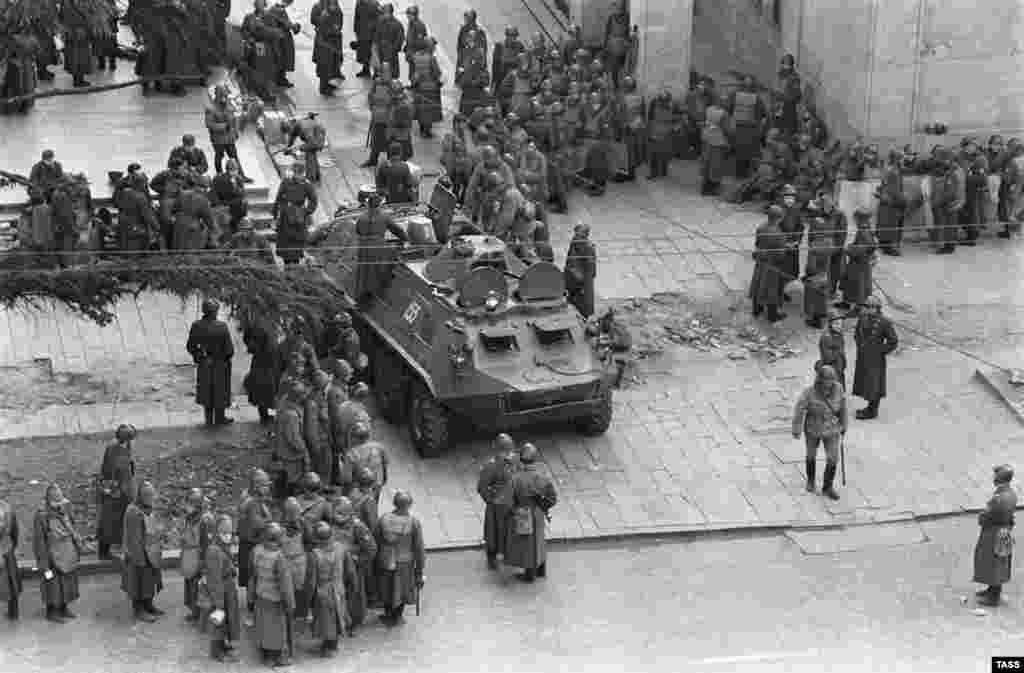 Soviet troops stand guard on Tbilisi's Rustaveli Avenue on April 11.