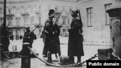 Французькі патрулі охороняють французьку зону Одеси, обмежену портом і Миколаївським бульваром. Зима 1918-1919 років
