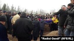 Похороны погибших в Магнитогорске Раджабмо Исоевой и ее детей. Таджикистан, Хатлонская область, 7 января 2019 года.