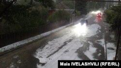 В Боржоми полностью было парализовано движение на центральных дорогах и расположенных вблизи селах, прекратилась подача электроэнергии и питьевой воды