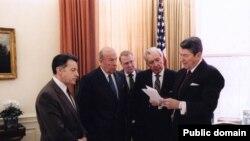 رونالد ریگان، رییس جمهور وقت آمریکا، همراه با (از چپ) کاسپار واینبرگر، وزیر دفاع، جرج شولتز، وزیر امور خارجه، اد میسه، دادستان کل آمریکا، و دان رگان، رییس کارکنان کاخ سفید در جلسه ای پیرامون واقعه ایران کنترا