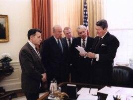 Джордж Шульц (второй слева) на встрече с президентом США Рональдом Рейганом