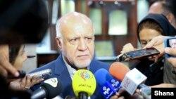 بیژن زنگنه در حاشیه مراسم امضای قرارداد توسعه میدان گازی بلال با خبرنگاران گفتوگو میکرد