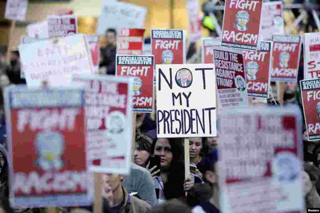 """Протестующие скандировали: """"Не мой президент"""", """"Улицы – наши"""", """"Трамп – не Америка"""", """"Победила ненависть"""""""