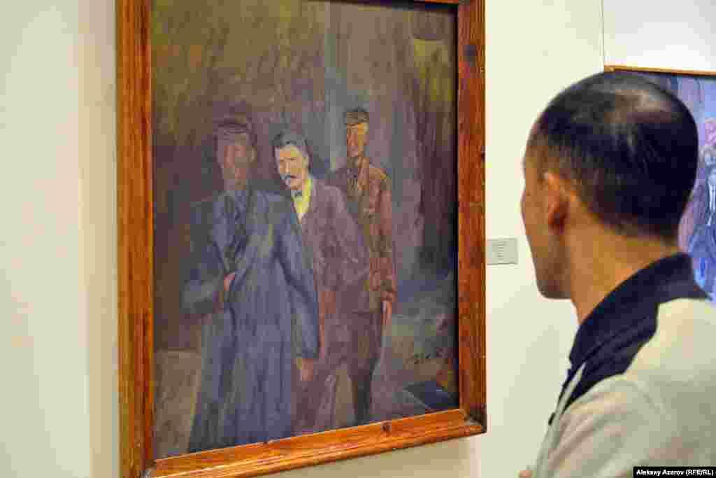 Две работы посвящены теме сталинских репрессий. На фото: картина «На допрос» художника из Тараза Муратжона Рахимжанова.