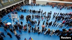 Spain -- People queue in a polling station to casts their ballot in a symbolic independence vote in Barcelona, November 9, 2014