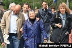 Lüdmila Ulitskaya Moskvada yazarların yürüşü zamanı (ortada), 13 may 2012