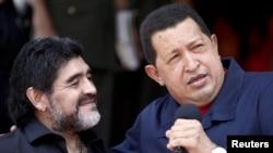 Maradona Venezuelanın keçmiş prezidenti Hugo Chaveslə 2010-cu ildə