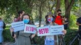 """Бишкек. 29-июнь, 2020-жыл. Маалыматты манипуляциялоо"""" мыйзамына вето коюуну президенттен талап кылган жарандык активисттер."""
