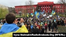 Студенти оголошують безстроковий страйк біля центрального корпусу Київського національного університету імені Тараса Шевченка. Київ, 26 листопада 2013 року