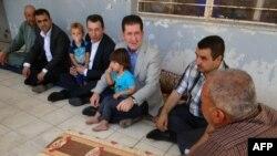 Kerkuk welaýat geňeşiniň Türkmen bölüminiň sözçüsi Ali Mahdi (ortada) Tal Afardan gaçan türkmenler bilen duşuşyk mahalynda. 16-njy iýul, 2014 ý.
