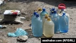 Plastik çüýşelere gaplanan suw