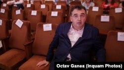 """Într-un dialog imaginar cu Roșia Today, Marian Oprișan recită -""""Pemalulapeise-mpletesc/Cărăriceduclabancă/Acolo,mamă,tezăresc/Cumscoțibanii dingeacă"""""""