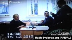 На скріншоті з відео допиту Юлії Тимошенко Євген Котець – за ноутбуком