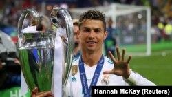 Կրիշտիանու Ռոնալդուն ցույց է տալիս, որ 5 անգամ է նվաճել Եվրոպայի Չեմպիոնների լիգայի գավաթը, Կիև, 26 մայիսի, 2018թ.