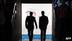 """Vladimir Putin və Dmitri Medvedev """"Vahid Rusiya"""" partiyasının toplantısında, 24 sentyabr 2011"""