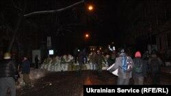Протестувальники будують барикаду на Городецького побіля будівлі Мінюсту