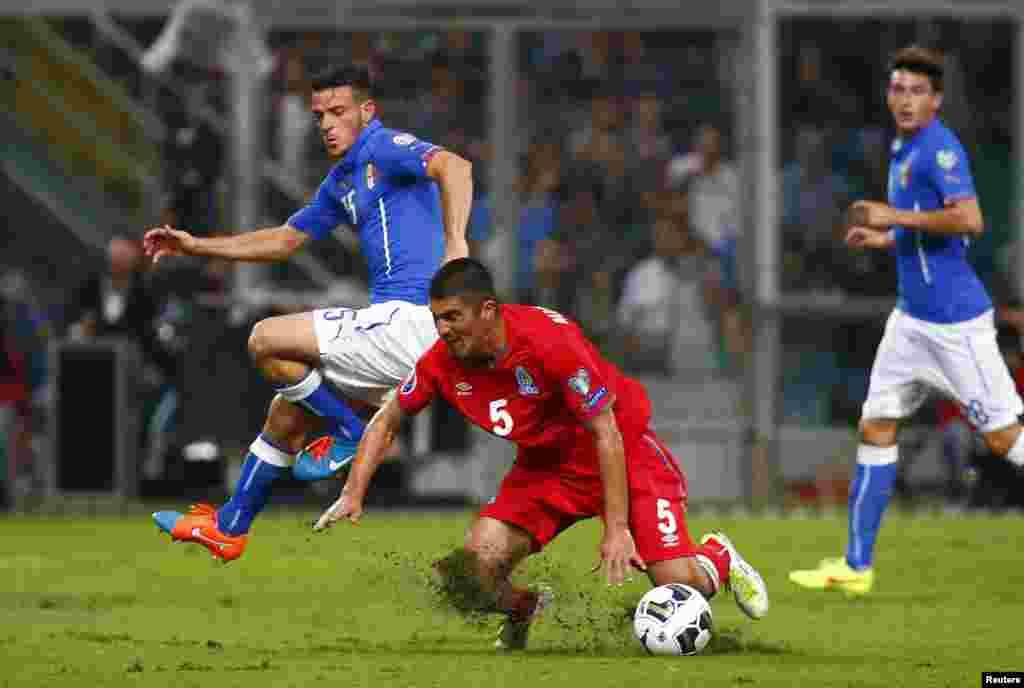 İtaliya-Azərbaycan oyunundan epizod: Alessandro Florenzi (solda) Elnur Allahveriyeva qarşı