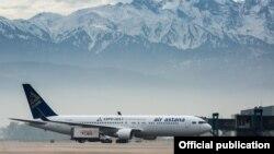Самолет Air Astana в аэропорту Астаны.