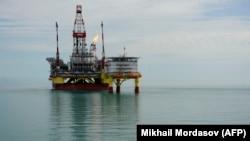 Каспий теңізінде тұрған мұнай-газ платформасы