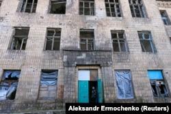 Разрушенная в 2014 году школа в Горловке