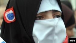Муслиманка со бурка во боите на француското знаме