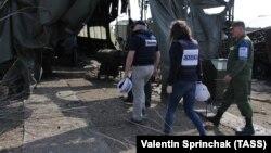 Сотрудники ОБСЕ в обстрелянном районе Луганска, где проводится подготовка техники для участия в параде Победы 9 мая. 17 апреля 2018 года